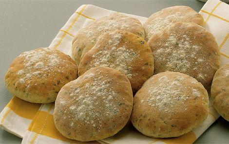 Små kærnemælksbrød med hvidløg og persille