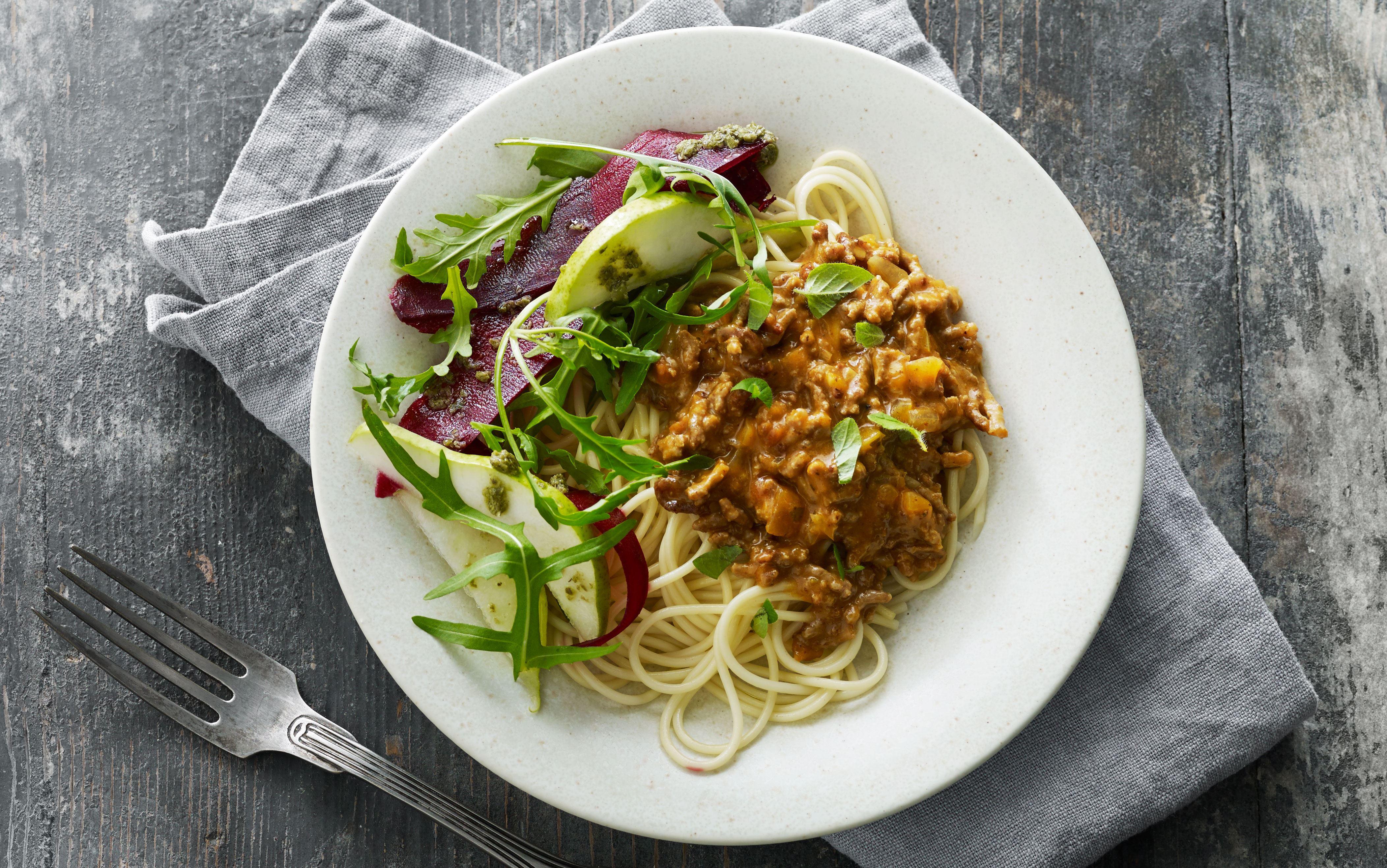 Spaghetti bolognese med rødbedesalat