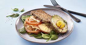Rugbrødstoast med bagt avocado og æg