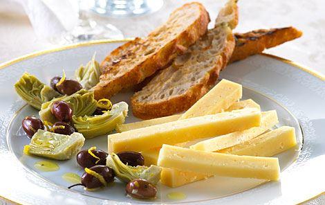 Oliemarinerede oliven og artiskokker
