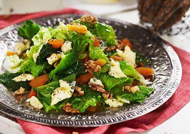 Salat med savojkål, valnødder, abrikoser og blå ost