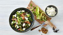 Sprød salat med røget laks og hytteost