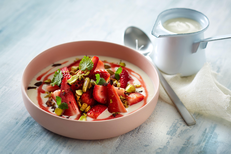 Jordbærdessert med vaniljesauce og jordbærsirup