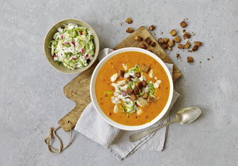 Tomatsuppe med cremet, sprød topping