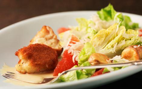 Fiskefrikadeller og salat med grape