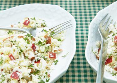 Blomkålssalat med hasselnødder, æbler og karse