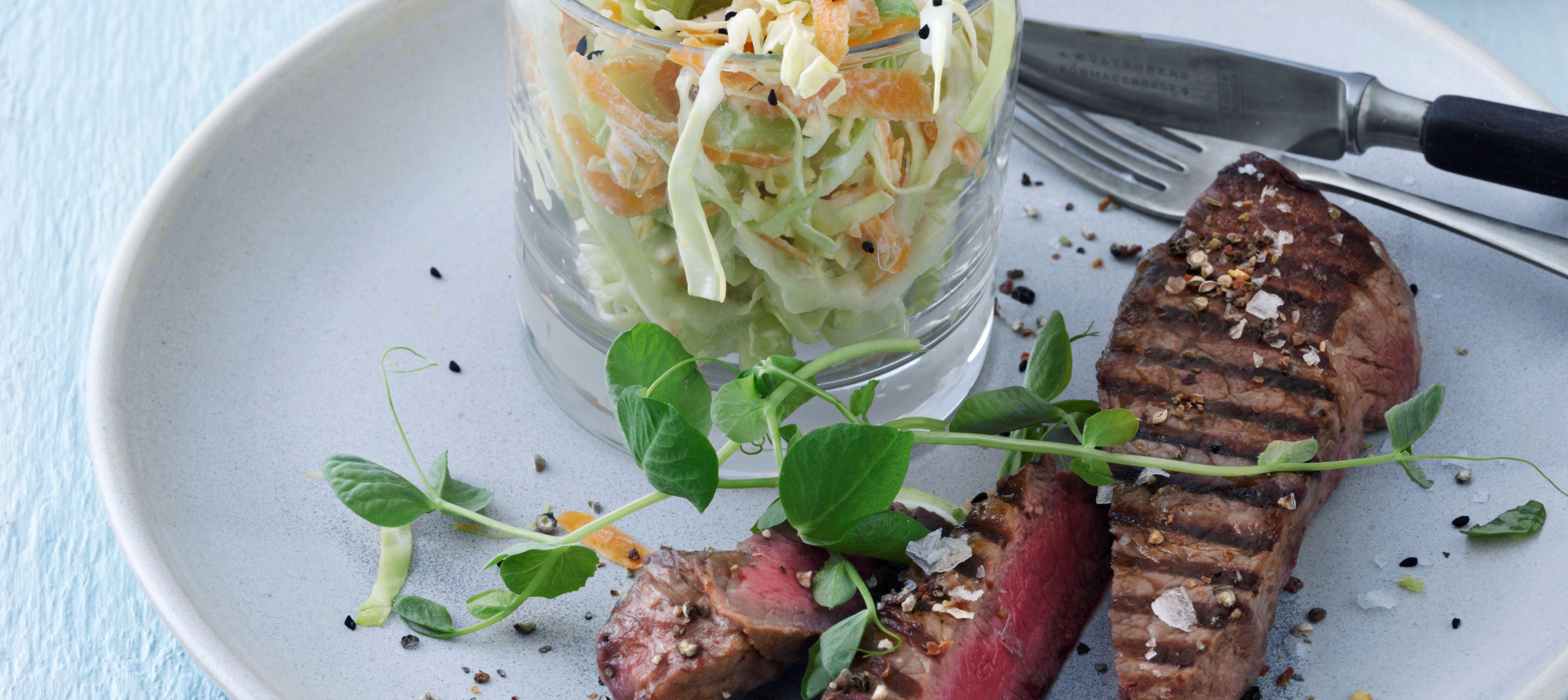 Steak og cremet coleslaw med nigella