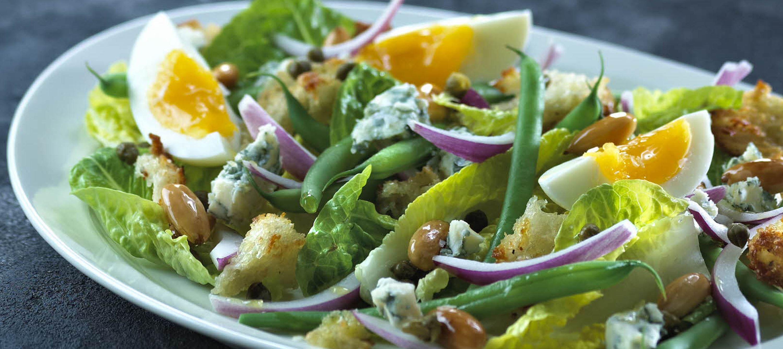 Salat med sprøde ostecroutoner, smilende æg og kapers