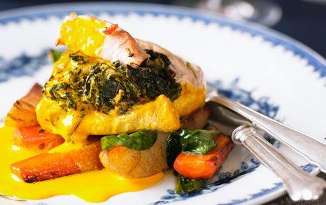 Kalkunschnitzler med spinat- og ostefyld i safransauce