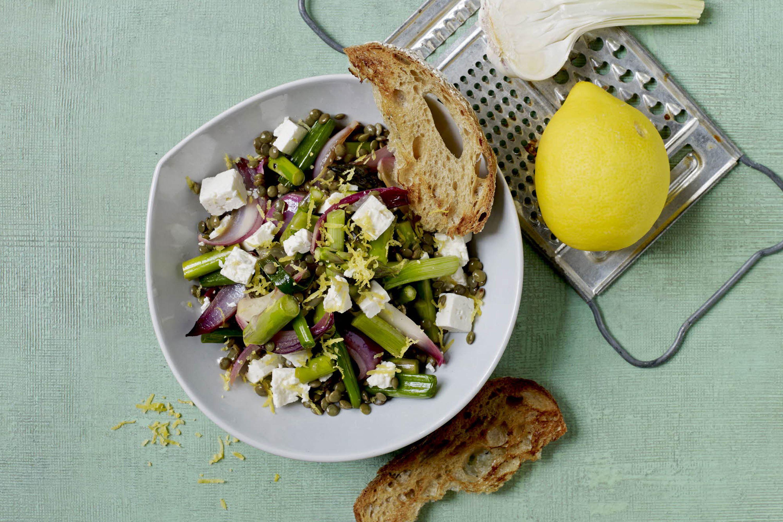 Linsesalat med salatost og hvidløgsbrød
