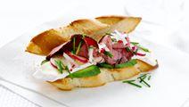 Sandwich med ost, roastbeef og radiser