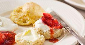 Miniscones med flødeskum og jordbærmarmelade