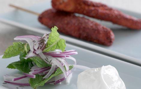 Tandoori kyllingesticks med mynte og rødløgssalat