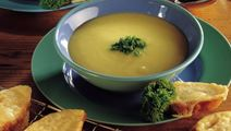 Grøntsagssuppe med ostegratinerede flutesskiver