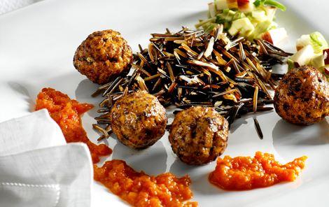 Små kødboller med peberfrugtpuré og nektarinsalsa