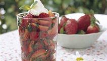 Jordbærsalat med basilikum og mynte
