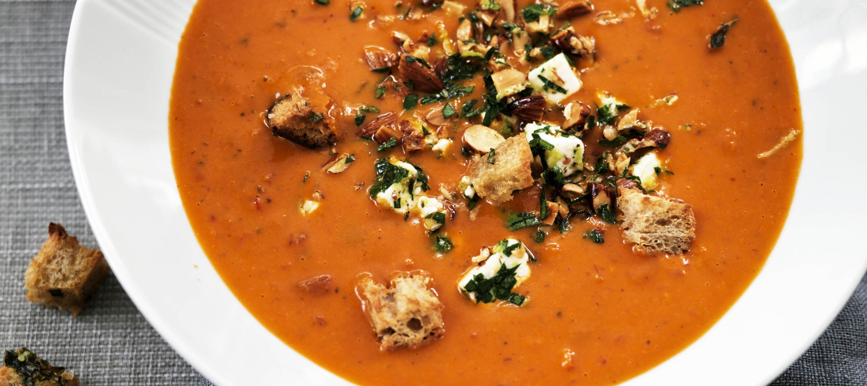 Tomatsuppe med urtecroutoner og nøddegremolata