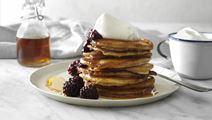 Amerikanske pandekager med brombær