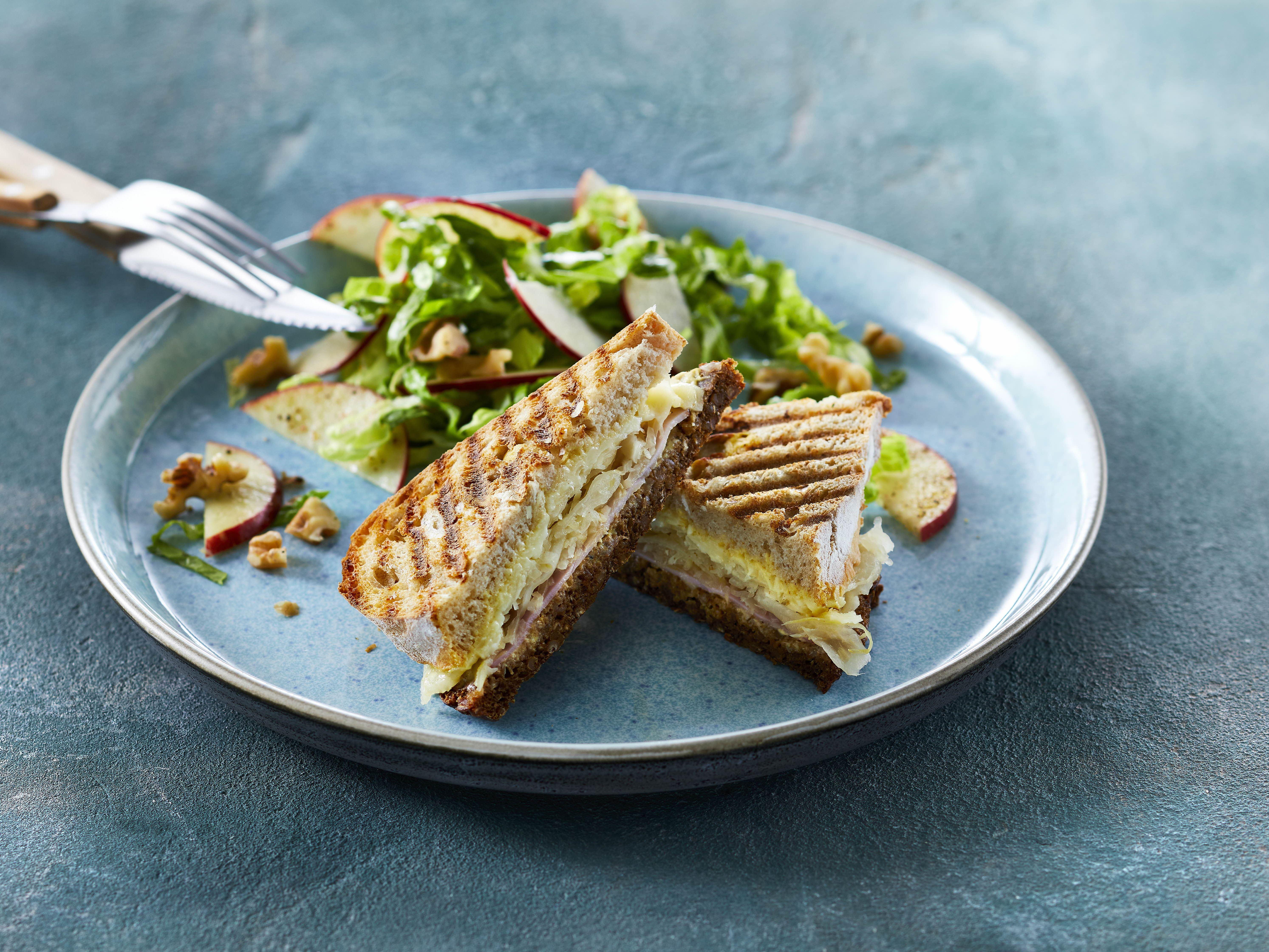 Ostetoast med skinke og sauerkraut