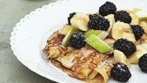 Havregrynspandekager med frugtsalat
