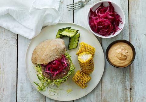 Burger med hakkebøf, spidskål og grillet grønt