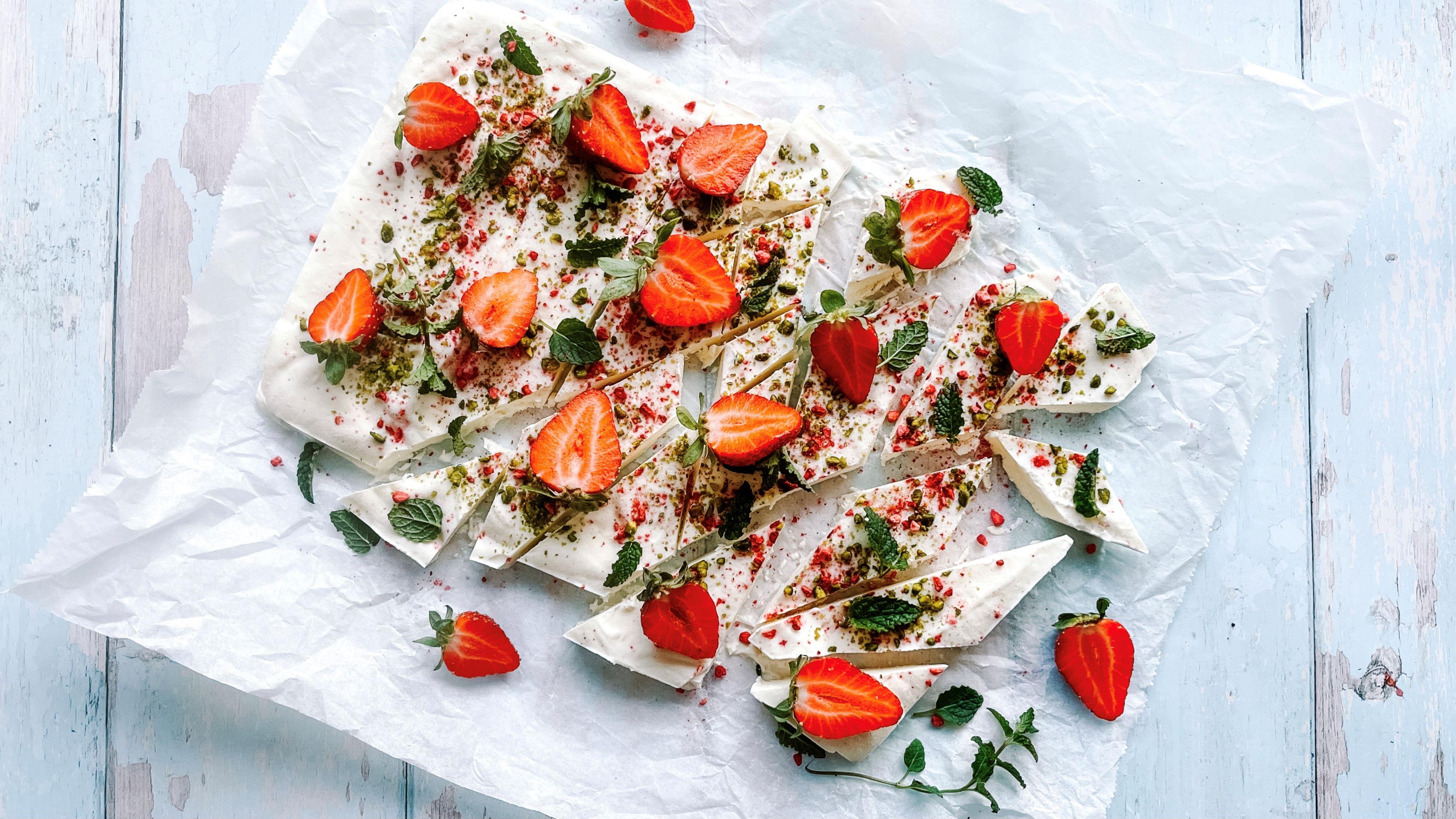 Yoghurtbark med jordbær og mynte