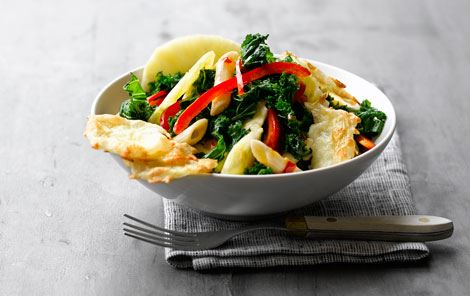 Grønkålssalat med pasta og ostechips