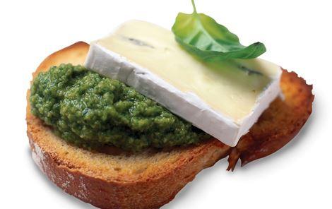 Crostini med skimmelost og grøn oliventapenade