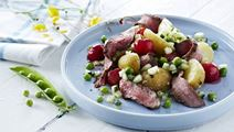 Sommersalat med grillet kød, nye kartofler og råstegte kirsebær - af en rest grillet kød