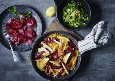 Ostegratinerede rodfrugter med savojkålssalat