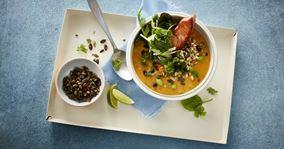 Græskarsuppe med laks og grøn urtetopping