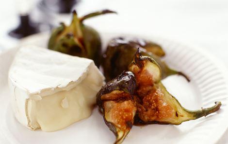 Camembert med grillet frugt