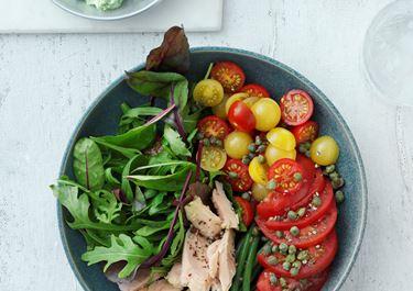 Tomatsalat med bønner, tun og basilikumcreme