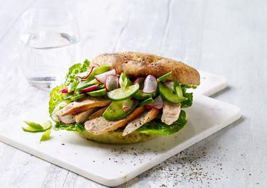 Sandwich med chilispread og lynsyltede grøntsager