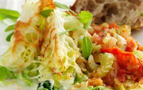 Ostegratineret spidskål og selleri og tomatragout