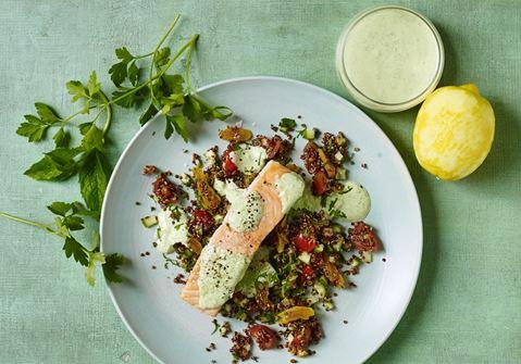 Quinoa-tabbouleh med bagt laks