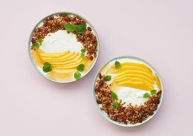 Skyr med mango, granola og gojibær