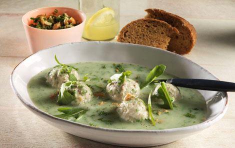 Grøntsagssuppe med kyllingekødboller og rucola
