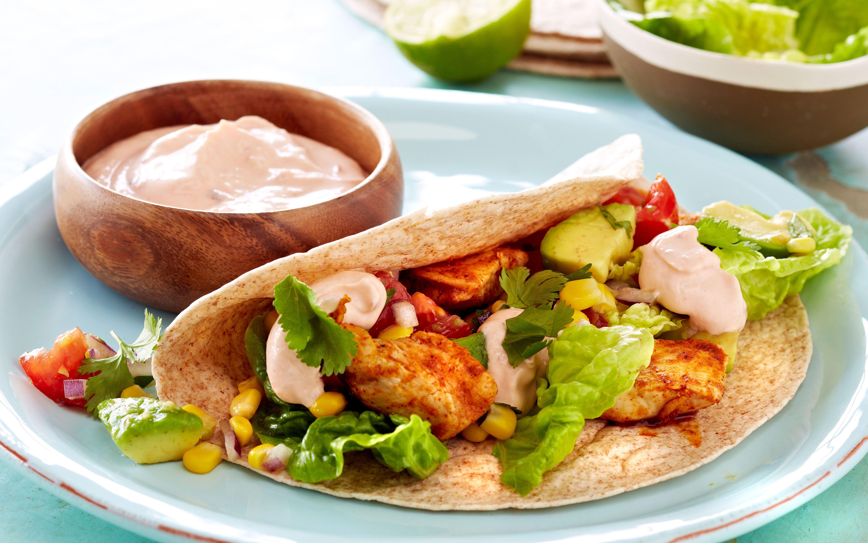 Tortillas med krydret kylling, majssalat og skyr