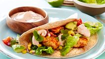 Tortillas med krydret kylling og majssalat
