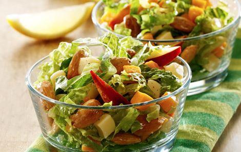 Salat med nektarin og salte mandler