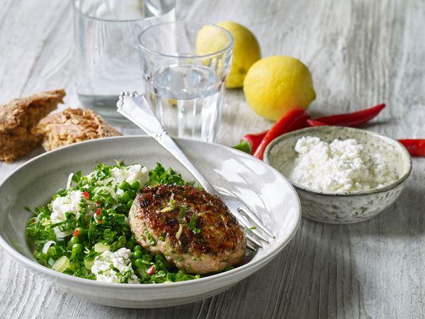 Kyllingebøffer med sprød ærtesalat