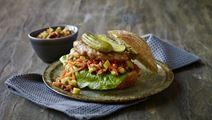 Sandwich med kyllingebøffer og gulerodssalsa