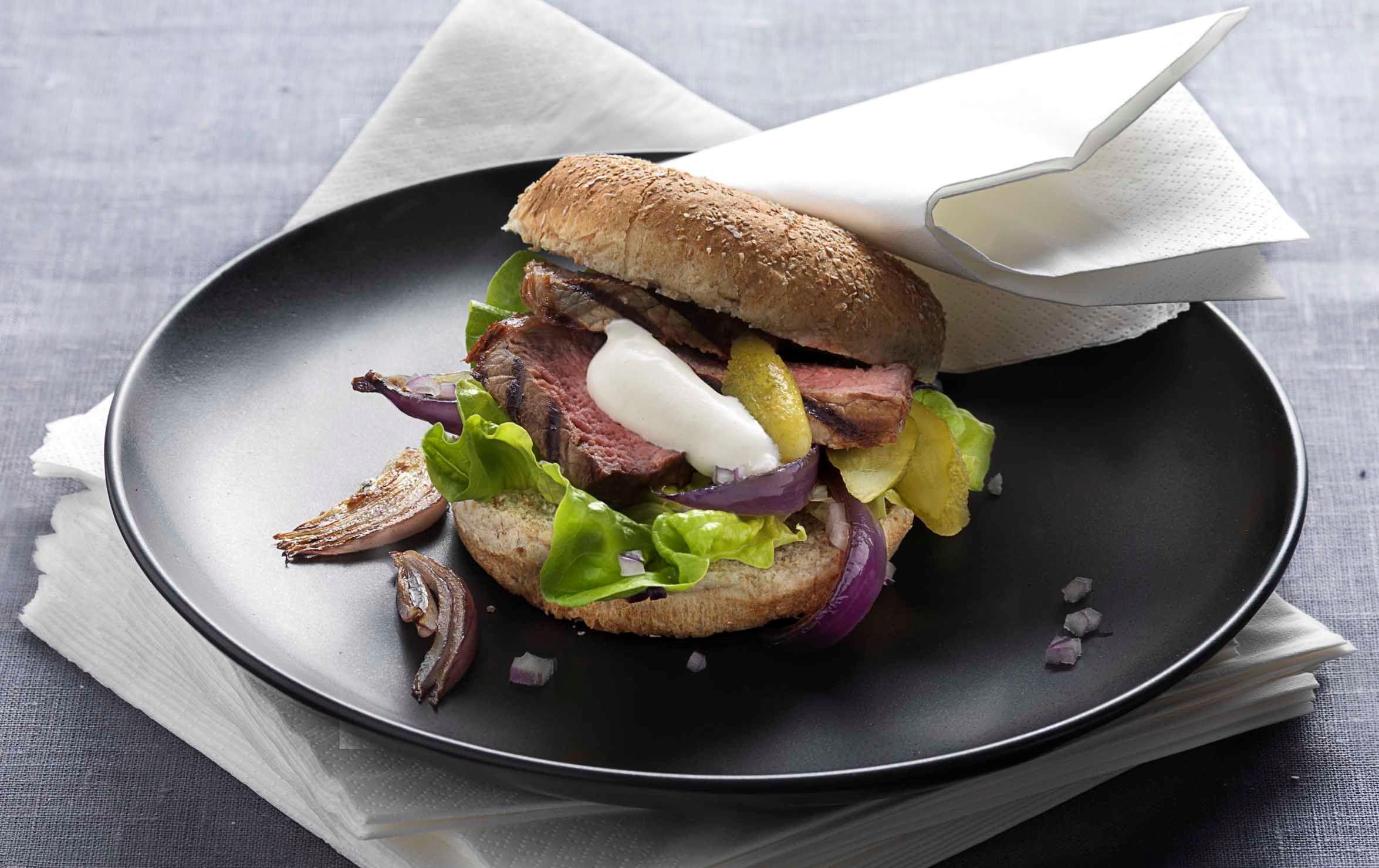 Sandwich med grillede bøffer og sennepscreme
