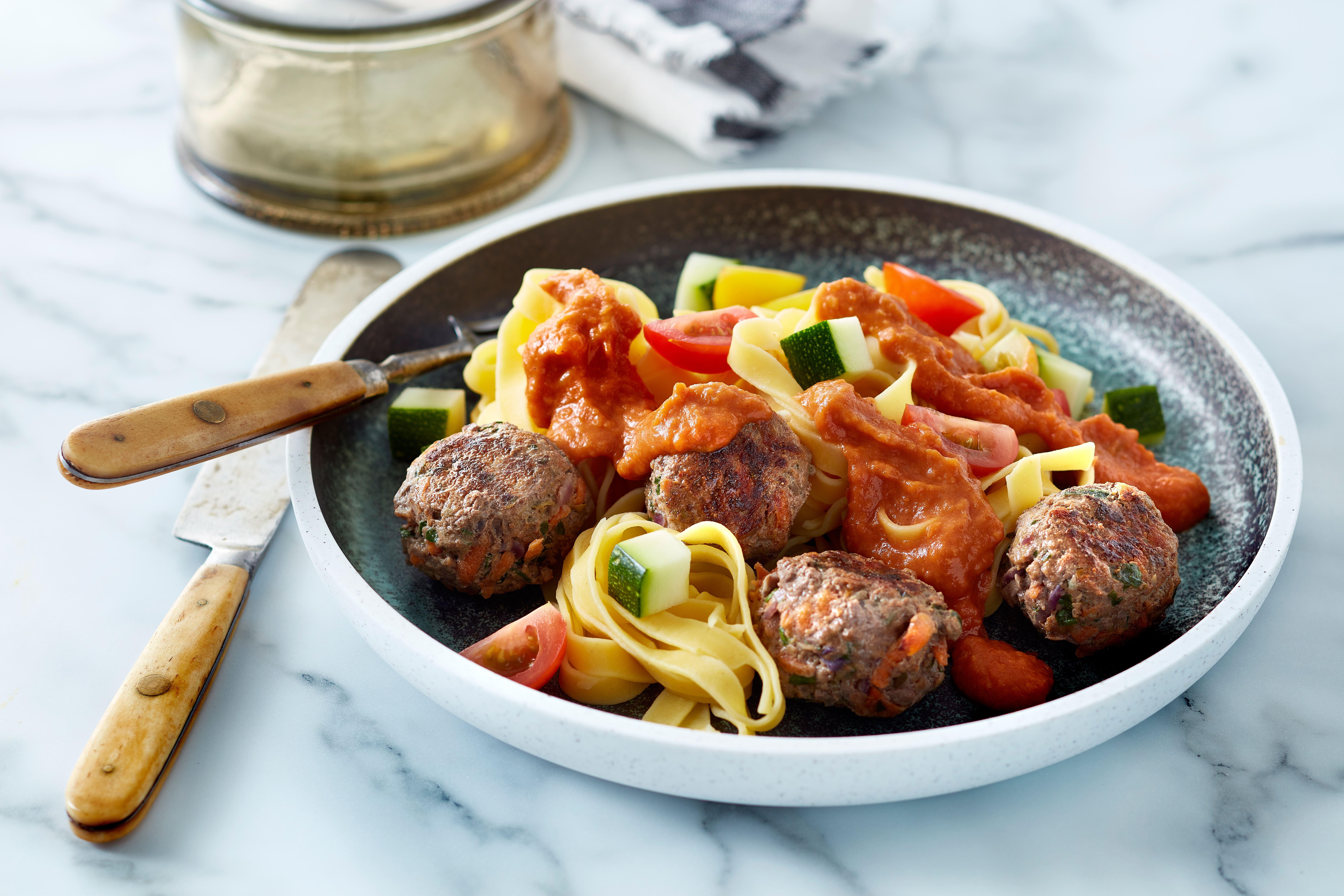 Oksekødsfrikadeller med cremet tomatsauce og frisk pasta