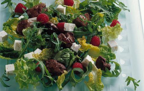 Lun salat med kyllingelever og hindbær