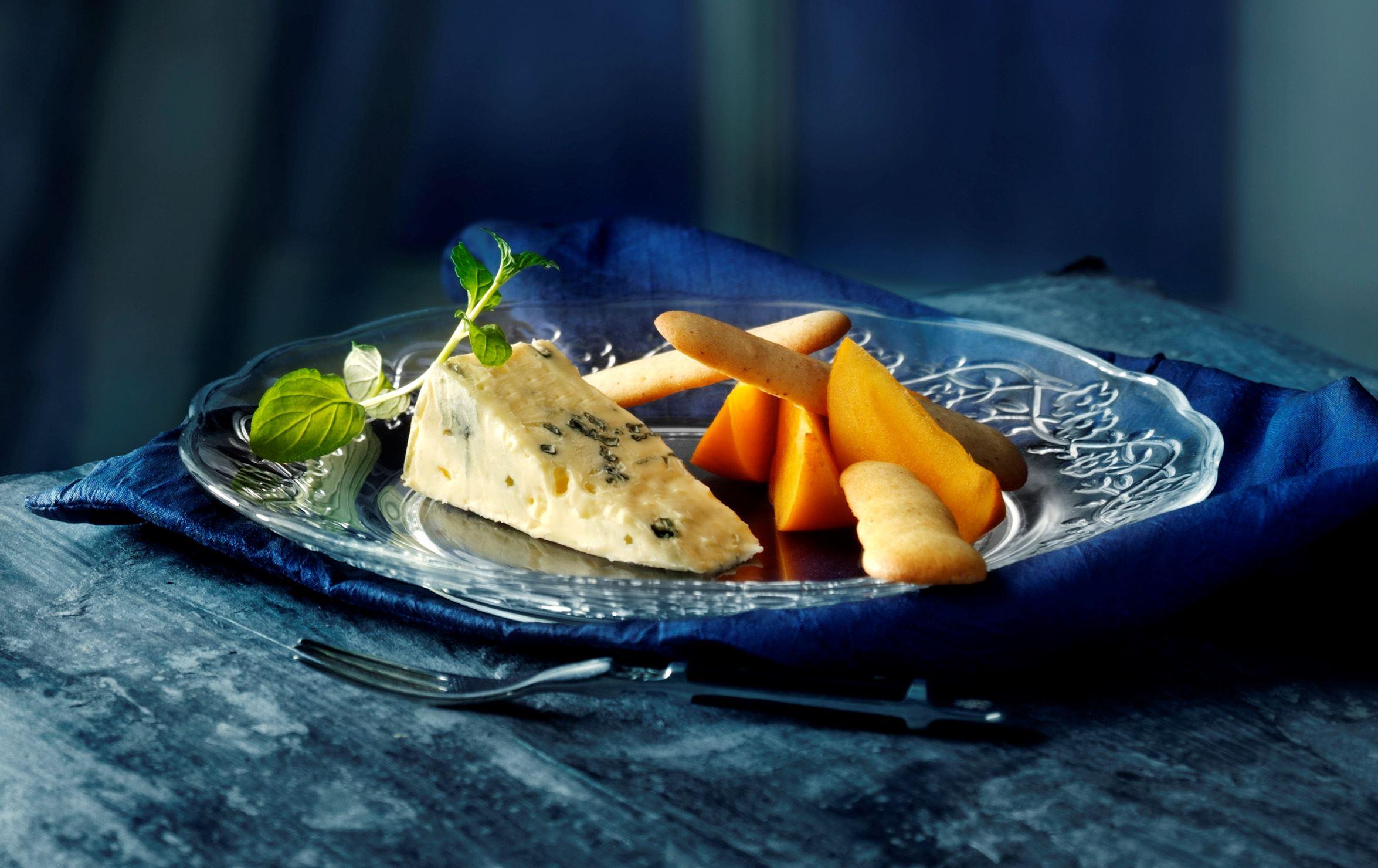 Sprøde kaneltuilles og sharonfrugt til ost