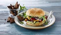 Burger med grillede grøntsager - og rugbrødschips