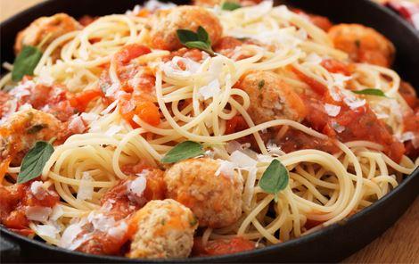 Spaghetti med kødboller i tomatsauce