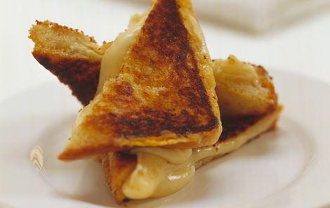 Sprøde toasts med ost og tomat